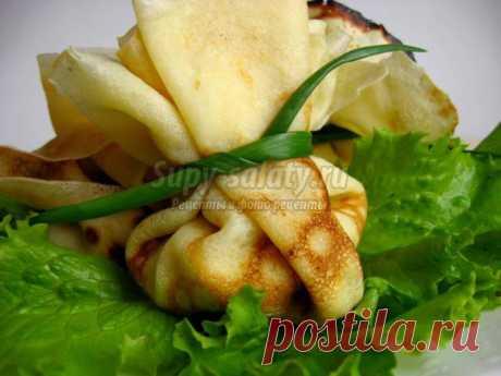 Блинчики с салатом из креветок и ананасов