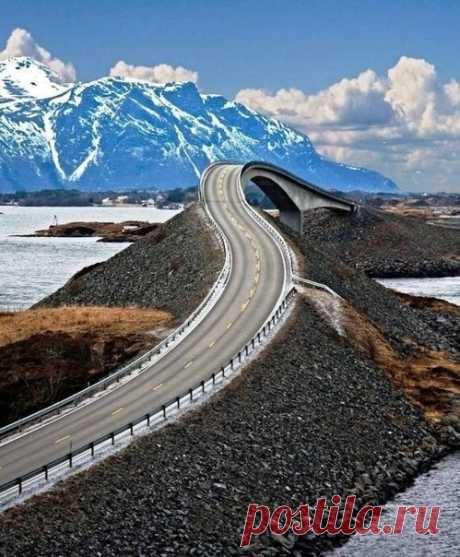Атлантическая Океаническая дорога в Норвегии, построенная на нескольких мелких островах. Длина шоссе составляет 8,3 километров - Путешествуем вместе