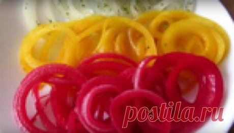 Разноцветный маринованный лук-украшение любого стола