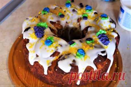 Пасхальный пирог традиционно выпекается в праздничные дни на Пасху. На праздничном столе среди красивых куличей, мясных блюд, творожной пасхи, ароматных булочек — всегда найдется место пирогам.