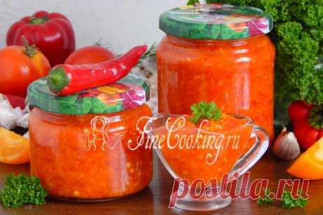 Аджика на зиму Сегодня готовим самую вкусную домашнюю аджику, которую мне доводилось пробовать! Поделюсь с вами рецептом аджики на зиму, в составе которой будут сочные помидоры, мясистый сладкий и жгучий горький перец, душистый чеснок и хрустящая морковь.