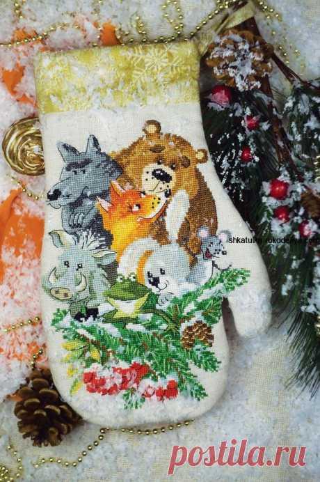 """Вышивка крестиком """"Кто в рукавичке живет"""" Вышивка крестиком Кто в рукавичке живет. Отличная идея где можно спрятать подарки от Деда Мороза. Это еще может быть оригинальная прихватка на кухню.…"""