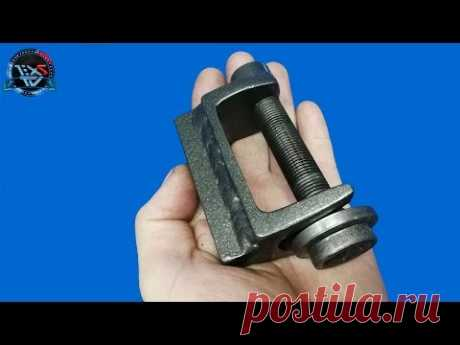 El objeto de fabricación casera simple del hierro acanalado y el bulón HAZ a él tal INSTRUMENTO
