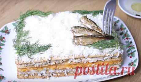 Просто невероятно вкусная закуска из самых обычных продуктов: крекера, шпрот и яиц с сыром. Она точно понравится вашим друзьям.Получается вкусной, аппетитной и невероятно нежной. Она будет выигрышно смотреться на праздничном столе и намного эффектнее привычных бутербродов. Необходимые продукты 250 грамм печенья (тонкие крекеры) 250 грамм шпрот 200 грамм сыра 4 куриных яйца 3 отварные моркови 3 зубчика чеснока 80 грамм майонеза укроп Начинаем приготовление Яйца отвариваем вкрутую, очищаем от ско