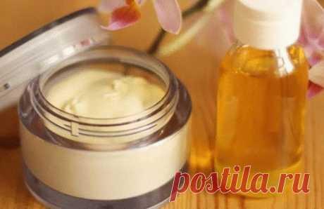 Крем с йодом уберёт все морщинки!   Для крема нам потребуется:  1 ст. л. мёда, 1 ч. л. вазелина, 1-2 капли йода, 1 ст. л. касторового масла (купить в аптеке), небольшая стеклянная мисочка. Готовится крем очень просто:  В мисочку сначала капаем 1-2 капли йода — именно 1-2 капли, не больше!  Затем добавляем мёд, вазелин и касторовое масло, всё хорошо перемешиваем.  Кстати, хранить такой крем можно где угодно, но не больше 1 месяца.  Наносится омолаживающий крем обязательно н...
