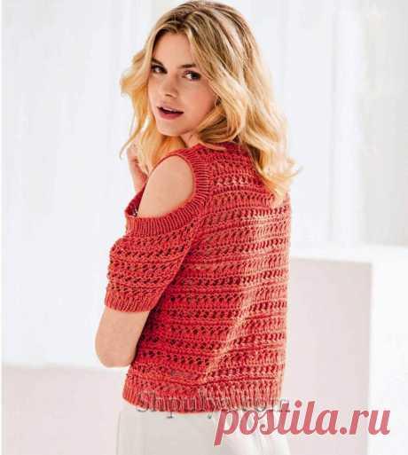 Коралловый короткий пуловер с вырезами на плечах связан спицами ажурными узорами из хлопка со льном.