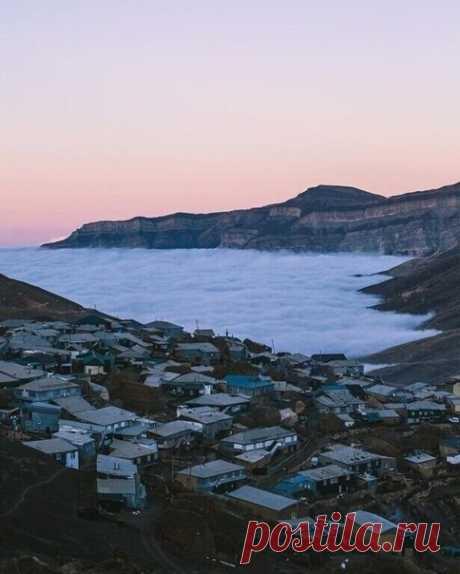 Аул Куруш в Дагестане находится на высоте 2 560 м над уровнем моря. Поэтому вместо моря там облака
