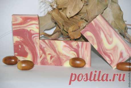 «Осень золотая»: создаем тематическое мыло с нуля За окном пылает и переливается багряными и золотыми цветами осень, которая и вдохновила нас на создание тематического — осеннего, мыла.Для этого мыла мы используем отдушку «Свежие опавшие листья» и технику spin-swirl, также носящую название «Водоворот». Составляем рецепт:Объем масел: 500 гр1. Масло кокоса 15% — 75 гр.2. Масло миндаля 40% — 200 гр.3. Масло пальмовое 30% — 150 гр.4.