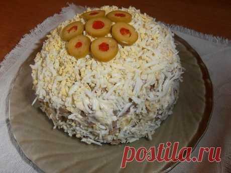 """Салат с языком и сыром """"Праздничный"""" Только для подписчиков сообщества """"Салаты"""" 🥗  Ингредиенты: -картофель -яйца -язык -соленые огурчики -лук -сыр -яйца -майонез  Рецепт: Отварить картофель и яйца. Нарезать мелкими кубиками язык и солёные огурчики. Лук мелко покрошить. Картофель, сыр и яйца натереть на мелкой терке. Подготовленные игредиенты выкладываем в салатницу (на блюдо или в бокалы) слоями: 1й слой -картофель 2й слой-красный лук 3й слой- половина языка 4й слой- о..."""
