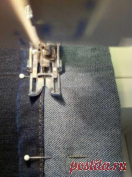 Как укоротить джинсы и сохранить фабричный шов: мастер-класс  Часто, покупая джинсы, мы сталкиваемся с необходимостью укоротить длину. При этом не хочется терять фабричный шов — ведь низ брюк часто украшает необычная отделочная строчка или потертости.   ВАМ ПОН…