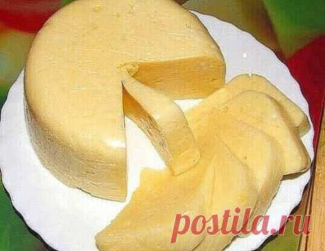 Очень вкусный домашний сыр. 500 мл молока 500мл кефира 2 яйца Соль по вкусу Взбить вместе яйца, кефир и соль и влить в кипящее молоко. Снова довести до кипения, постоянно помешивая, но не кипятить, выключить огонь и дать постоять 3-5 минут, отцедить через марлю, подвесить марлю с сыром и дать сыворотке полностью стечь (около часа) и положить под пресс. Сверху груз весом около 1 кг. Через 2-3 часа убрать в холодильник. Можно добавить 1-2 чайной ложки тмина, по желанию. Вкусный и хрустящий