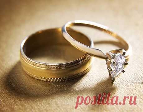 Обручальное кольцо надевают на безымянный палец правой руки потому, что древние греки считали, что это единственный палец, в котором есть вена, ведущая прямо в сердце.