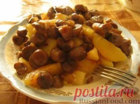Картофель жареный с грибами  Картофель - 10-12 шт.  Шампиньоны - 300 г  Чеснок - 3 зубчика  Лук - 1 шт.  Соль  Специи  Растительное масло  Чистим и моем картофель. Режем дольками. Жарим на среднем огне на растительном масле до румяности.  Затем картошку солим и кладем мелко резанный чеснок.  Параллельно с картофелем жарим с луком на растительном масле грибы. Солим и перчим.  На нашу картошечку выкладываем грибочки.  Приятного аппетита!
