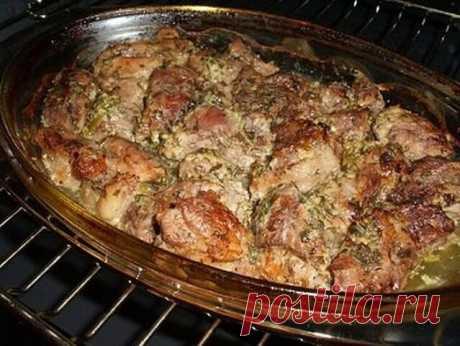 НЕЖНЕЕ МЯСА ВЫ НЕ ПРОБОВАЛИ — АРОМАТНОЕ МЯСО ПО-ГРУЗИНСКИ! И НИ ЧЕМ НЕ ХУЖЕ ШАШЛЫКА НА ПРИРОДЕ     Это ни чем не хуже шашлыка на природе — мясо в духовке или мясо по-грузински! Давно искала такой рецепт, мясо получилось сочное и мягкое… Грузинская кухня — кладезь удачных рецептов приготовления мяса. Это касается не только шашлыка, но и других мясных блюд, которые готовятся дома. Предлагаем запечь в духовке мясо по-грузински. Благодаря маринаду с соком лимона, блюдо получае...