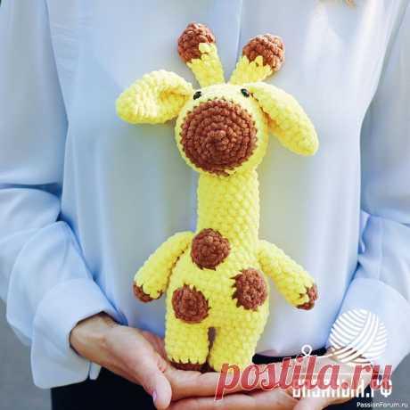 Вязаный жираф крючком Игрушка жираф смотрится особенно мило, если он связан из плюшевой пряжи. Мягкая, бархатистая поверхность напоминаем малышу нежные прикосновения мамы. Ребенок может рассматривать и трогать пятнышки плюшевого жирафа, рожки, ушки, обхватывать его шею. Все это развивает тактильные ощущения и...
