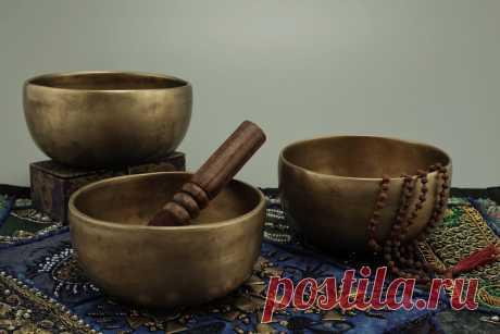 Бесплатные изображения Поющих чаш по лицензии Creative Commons Тибетские поющие чаши  и рудракш мала