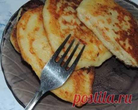 Ленивые пирожки (оладьи) с капустой, обжаренные на сковороде