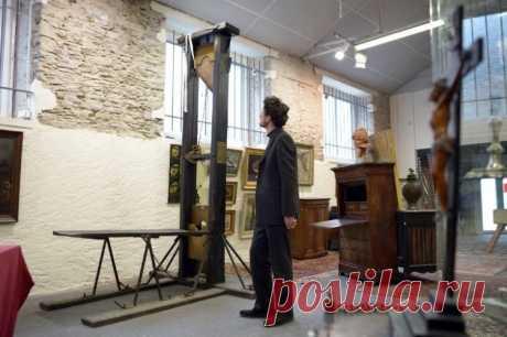 Гильотина XIX века выставлена на аукцион во Франции | События