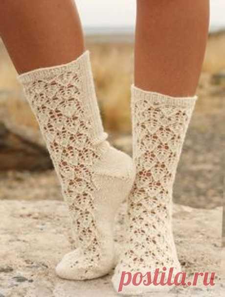Ажурные носки от Drops Design вязаные спицами / Сегодня мы уже не представляем своей жизни, а точнее своего гардероба, без вязаных вещей. С детства у нас есть вязаные вещи – носочки, свитерки и кружевные изделия. Но мы редко[...]
