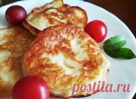 Яблочные оладушки  Ингредиенты:  Яблоко — 1 шт. Кефир — 150 мл Яйцо — 1 шт. Мука — 4 ст. л. Сода — 0,25 ч. л. Корица — 1 щепотка Сахар — 1 ч. л. Масло подсолнечное (для жарки) — 50 мл  Приготовление:  1. В миску влить кефир, разбить одно яйцо, добавить сахар и корицу. Натереть на крупной тёрке яблоко. Добавить в тесто. Положить 3-4 ложки муки. Слегка перемешать венчиком или вилкой. 2. Разогреть сковороду с маслом. Выкладывать ложкой тесто. Обжаривать до золотистого цвета с...