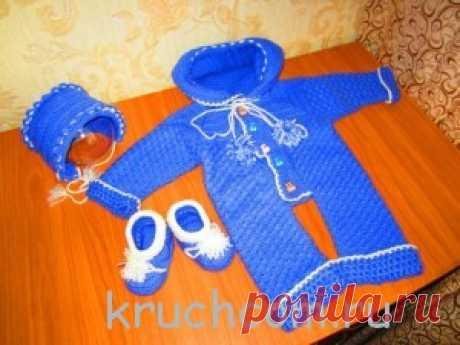 Вязаный комплект для мальчика (комбинезон, шапочка и пинетки)
