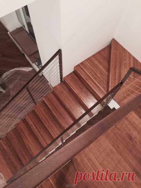 Изготовление лестниц, ограждений, перил Маршаг – Отделка дубом и перила с тросиками