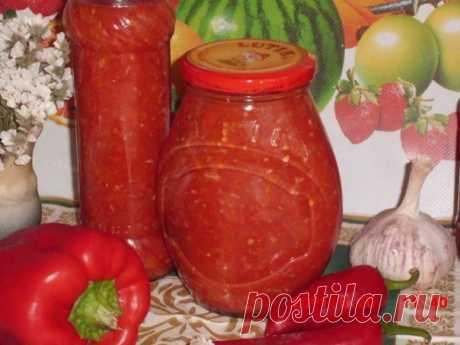 Дамский горлодёр от С. Сухановой.  Ингредиенты и приготовление :  3 кг помидоров, 1 кг моркови, 1 кг яблок и 1 кг красного сладкого перца пропустить через мясорубку. Добавить 5 ст. ложек соли и 5 ст. ложек сахара, варить на медленном огне 40 минут. За 5 минут до окончания варки добавить 150 — 200 гр измельчённого чеснока и 2 ст. ложки 9% уксуса. Горячим разлить по стерелизованным банкам и закатать.