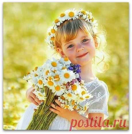 Я хочу, чтобы СЧАСТЬЕ росло по обычным дорогам,  Чтоб его собирали, как будто букеты цветов!  И хочу, чтобы было повсюду его очень много,  Чтоб на этой Земле не остался несчастным никто...