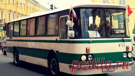 По Петербургу начнёт курсировать ретроавтобус с экскурсиями Северная столица работает над повышением собственной туристической привлекательности, сообщили «Форпосту» в ГУП «Пассажиравтотранс». Как стало известно в понедельник, 6 мая, по Петербургу начнёт курсировать ретроавтобус с экскурсиями. Туристов и всех желающих приглашают прокатиться на «ЛАЗ-699Р» 1983 года выпуска.