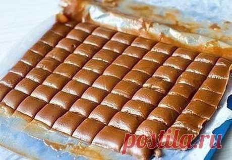 ¡Los postres iriski - el gusto de la infancia! Se acuerden, por que\u000d\u000a¡Era! DE MIEL IRISKI los Ingredientes en 72 iriski: - el Azúcar - 300 g - la Miel - 120\u000d\u000ag - la Mantequilla - 120 g - la nata Grasa o la crema agria - 250 ml la Preparación:\u000d\u000a1. La miel y el azúcar es mezclada en kovshike y ponemos a fuego pequeño. Llevamos hasta\u000d\u000aLas ebulliciones cocemos hasta el color de ámbra, unos 7-10 minutos. 2. Añadimos por partes\u000d\u000aEl aceite de la temperatura interior. Vertemos la nata caliente. 3. Cocemos hasta necesario\u000d\u000aLas consistencias. Comprobamos a la preparación: goteamos...