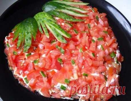 """Салат """"Клубничка""""  Ингредиенты: 1. Отварное куриное филе – 250-300 г 2. Шампиньоны – 200 г 3. Помидоры – 300 г 4. Репчатый лук – 1 шт. 5. Твердый сыр – 150 г 6. Огурец – 1 шт. 7. Растительное масло для жарки – 2-3 ст. ложки 8. Майонез оливковый — 5 ст. ложек 9. Соль – по вкусу  Приготовление: Грибы вымыть и порезать на небольшие кусочки.  Приготовить их на сковороде, обжарив в растительном масле.  Куриное филе мелко нарезать.  Очищенный лук мелко нашинковать.  Слоями выкла..."""