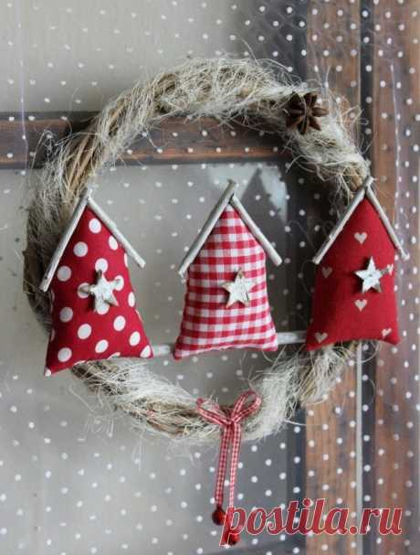 Новогодний венок с текстильными домиками.