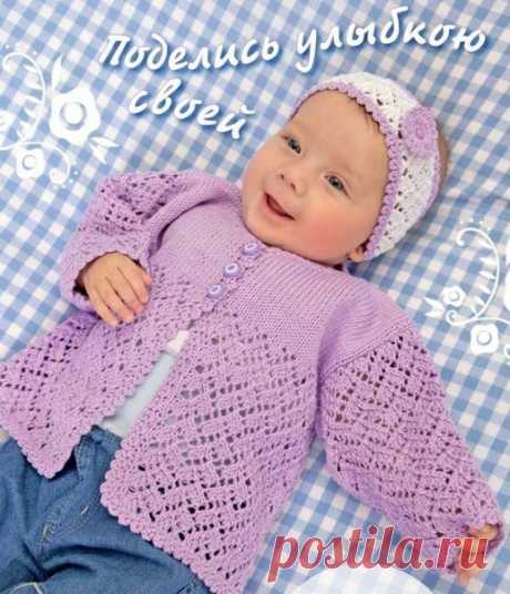 Жакет и налобная повязка для девочки спицами   Комплект из хлопковой пряжи выглядит нарядно, а вязать его несложно. Всё дело в выборе цвета! И выбрав самую мягкую пряжу вашей новорожденной девочке в таком комплекте будет очень комфортно, а красивые вязаные узоры придадут ей образ маленькой принцессы. нам понадобится 200 грамм сиреневой пряжи для жакета, 50 грамм белой пряжи и немного сиреневой для повязки ( 100% хлопок, 350м/50 грамм ), спицы №3.5, крючок №3, 3 пуговицы. А...