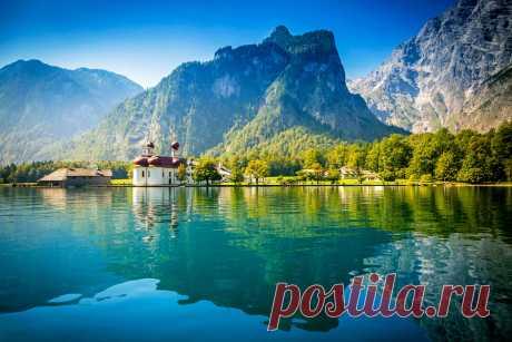 Озеро Блау, Швейцария 😍 Небольшое швейцарское озеро Блаузее является одним из самых романтичных и живописных мест в этой альпийской стране. Местные жители называют его самым голубым из всех голубых озер Швейцарии. Секрет удивительно пронзительного изумрудно-голубого цвета — подземные источники, которые круглогодично питают озеро кристальной водой. Озеро Блау образовалось 15 тысяч лет назад в результате оползня. Огромные валуны в озере и в самом парке были принесены древним ледником.