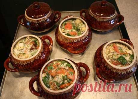 В духовке очень быстро все готовить, а главное Вы можете на минут 30-35 быть свободными и переделать еще кучу дел. Мой рецепт очень прост; Куриное филе - 500г; картофель чищенный- 1 кг; грибы-300 г, я беру белые; лук репчатый-1 головка; помидор-2-3 шт.; специи: (черный перец, мсукатный орех, розмарин, соль)
