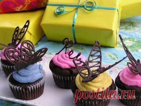 Шоколадная бабочка для тортов и пирожных   Наверняка, на фото, достаточно часто вы видели всякие пирожные с шоколадными верхушками типа цветочков и бабочек. Сейчас я расскажу, как сделать в домашних условиях такие штуковины.  Нам понадобится…