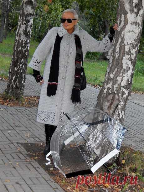 El abrigo elegante de Natalia Filippovoy. El esquema aproximado del motivo de flores