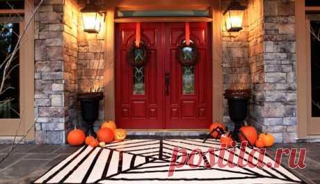 Как украсить дом на Хэллоуин своими руками из подручных средств. Праздник Хэллоуин, которого мы все так с нетерпение ждем, наступит 31 октября.  К этому времени следует подготовить ужасающий декор и угощения, продумать костюм и, конечно же, украсить свое жилище.  Хэллоуин – зрелищный праздник, наполненный таинственностью, мистическими переживаниями, ожиданием чудес, костюмированными шествиями, яркими красками и самобытным декором домов.