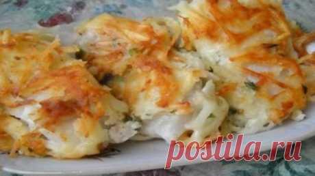 РЫБА ПОД ТЕРТОЙ КАРТОШКОЙ Рыбка, жареная под тертой картошкой, получается такой сочной и вкусной! Просто пальчики оближешь! Подавать блюдо лучше сразу (горячим), пока картошечка не стала более мягкой. В остывшем виде, хоть жареная картошка и не похрустывает, блюдо всё равно остаётся вкусным. Ингредиенты:  рыба любая (желательно не костлявая) — 400-500 гр.;  картофель средних размеров — 2-3 шт.;  лимонный сок — 1 ст. л.;  майонез — 30 гр.(1 ст. л.);  яйцо — 1 шт.;  мука — 20-35 гр.;  растительн