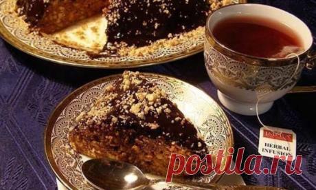Десерт, который сведет с ума всех твоих коллег. Такой тортик на работе точно пригодиться. Ореховый торт без выпечки    Люблю его больше остальных тортов!          Ингредиенты: 500 гр. печеньяБанка сгущенного вареного молока (я брала Ириску)1 стакан чищенных грецких ореховШоколад Приготовление: Готовится ореховый то…