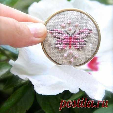 The embroidered butterflies a cross. Free schemes