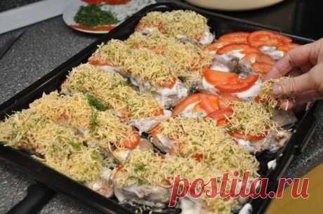 Рыбка с сыром и помидорами! Это блюдо на расхват! Пробуйте обязательно - станет главной фишкой Вашего стола! Ингредиенты: — рыба толстолоб (2-3 кг) – 1 шт., — помидоры – 4 шт., — сыр – 300 г, — лимон – 1 шт., — майонез – 1 упаковка (200 г), — зелень укропа и петрушки, — соль, перец по вкусу, — специи для рыбы по вкусу. Приготовление: Подготовленную рыбу (чищенную и потрошеную) нарезаем порционно. …