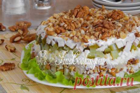 Салат с грецкими орехами и курицей Один из самых простых рецептов вкусных и сытных салатов, который должен особенно понравиться мужчинам.