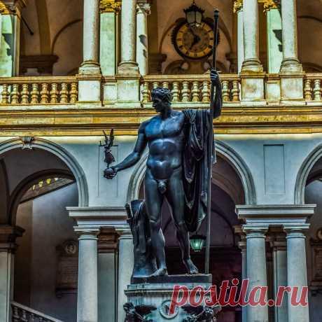 Наполеон в образе Марса-миротворца в Пинотеке Брера  Знающий силу образа, Наполеон пожелал быть запечатлённым в колоссальной мраморной статуе работы Антонио Канова, величайшего скульптора того времени.