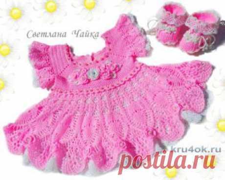 Ажурный комплект Зефирка. Платье и пинетки для девочки Платье и пинетки выполнены из нежнейшей пряжи. Нижняя юбочка выполнена из тонкого хлопка.Нежно-розовый цвет, самый удачный выбор для маленькой девочки.