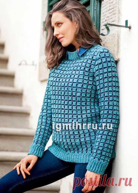 Теплый пуловер в двухцветную рельефную клетку. Вязание крючком со схемами и описанием