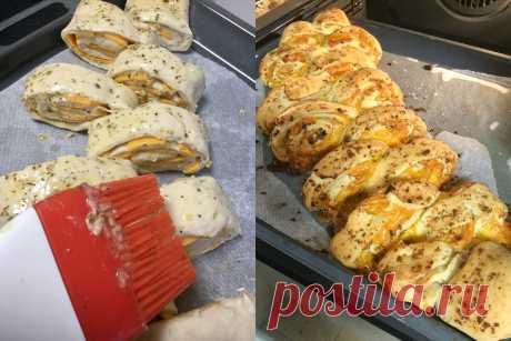 Вместо хлебушка на Новый год: ароматный пирог с тягучей сырной начинкой.