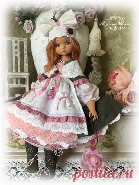 Малышка свободна. Глашенька, коллекционная текстильная кукла. Малышка сшита из хлопка, обтянута трикотажем. Личико объёмное. Девчушка вся подвижная. Головушка крутится и наклоняется. Ручки и ножки крепятся, как у будуарных кукол или куклы-болтушки. Глаша стоять не хочет, зато она умеет красиво сидеть и мило складывать ручки. Пальчики на ручках гнутся, есть маникюр. Волосы — натуральная козочка, очень мягкие, можно аккуратно расчесывать, закручивать, менять прическу.