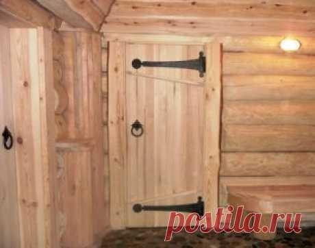 Дверь в баню    Наиболее предпочтительной считается глухая конструкция. Она лучше сохраняет тепло и проще в изготовлении. По типу конструкции банные двери бывают:  массивные (из шпунтованных досок);  каркасные (рама из деревянного бруса, наружная обшивка, внутри – слой утеплителя);  филенчатые (собираются из отдельных фигурных элементов)