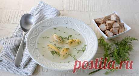 Бульон из цесарки с яичными клецками - ПУТЕШЕСТВУЙ ПО САЙТУ. ИНГРЕДИЕНТЫ 1 цесарка 1 средняя луковица 1 средняя морковка 3 черешка сельдерея 1 небольшой пучок укропа 1 ч. л. смеси черного и душистого перца горошком соль Для яичных клецек 2 яйца цесарки 2 желтка яиц цесарки 4 ст. л. сливочного масла 6–8 ст. л. манки 0,5 ч. л. разрыхлителя соль …
